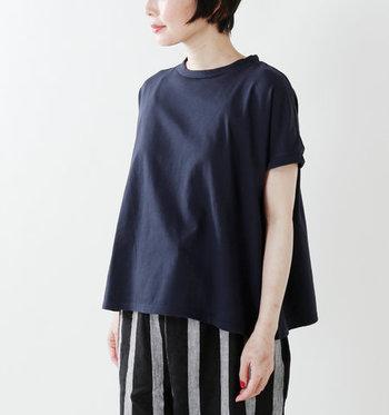 ボートネック気味の襟回りと、裾に向かって広がるシルエットが特徴的なTシャツです。