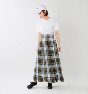 定番の白いTシャツと同じように着るだけで、ほんのり違った印象になります。