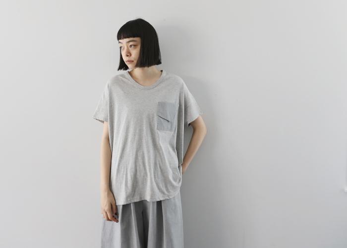 ゆるりと揺れるようなデザインが大人ぽいTシャツです。色を微妙に変えたポケットがアクセントになっています。
