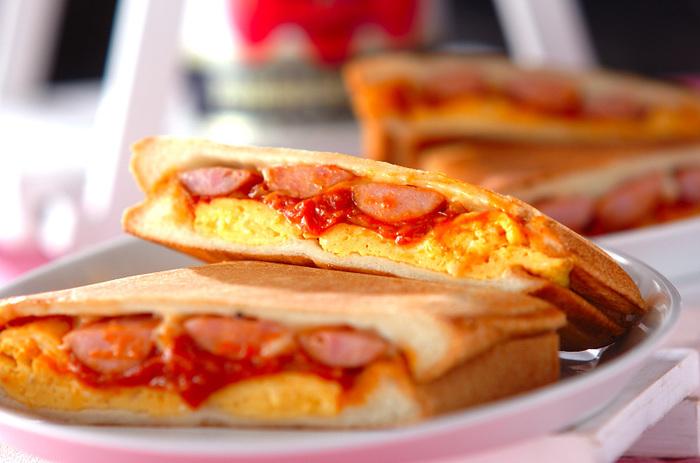 香ばしさが美味しいホットサンドは、カリッとした食感になるまでパンを焼くのがポイント!こちらのレシピではパンの耳もカリっとなる位焼き、中にはピリッと辛いトマトソースとパリパリのウィンナー&卵をサンド。濃い目の味付けなので、お子さまも喜んで食べてくれそうですね♪