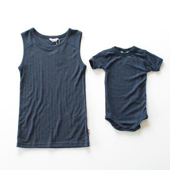こちらは赤ちゃんとお揃いで着ることができるタンクトップです。メリノウールは雑菌の繁殖を防ぐので、防臭効果もあります。ウール混のアンダーウェアのメリットのひとつですね。