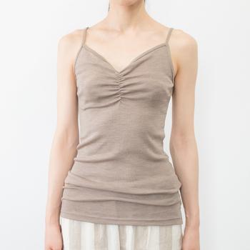 V字に開いた胸元はシャツなどを重ね着してもすっきりとした襟元を演出できますよね。お腹周りもしっかりと温めてくれるので、夏場の冷房対策としても安心できます。