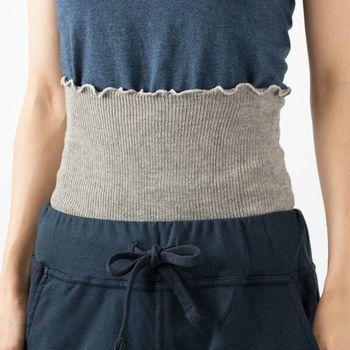 腹巻は夏の冷房対策としてもおすすめのアイテムです。上に着る洋服に干渉しないように、薄手で仕上げています。ヤクウールにスピーマコットンをブレンドした特別な素材で作られており、自然な風合いがとても素敵ですね。