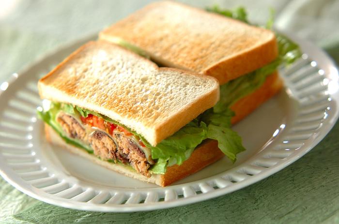 イワシの缶詰をサンドイッチに!カリッと香ばしく焼いたチーズとイワシは良相性。お魚の缶詰をサンドイッチで楽しむアイデアも斬新で、いつもよりひと味違うサンドイッチを楽しみたい時におすすめですよ。