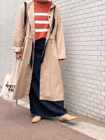 ロング丈のマウンテンパーカーで、さらに大人っぽいコーデに。ロングデニムスカートとの相性も抜群です。