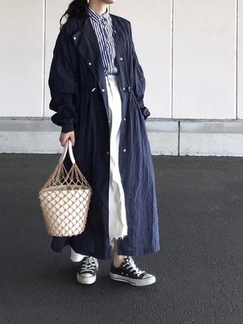 こちらも、ストライプシャツを合わせた爽やか大人コーデ。少し肌寒い日には、写真のような軽い着心地のシアーコートを1枚羽織るのがおすすめです。
