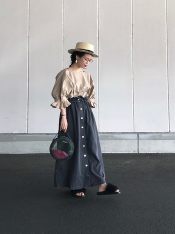 着るだけで女性らしい雰囲気を作れるフレア型のデニムスカート。たまには、あえてふんわりギャザーの甘めブラウスを合わせて、少女のような可愛いらしいコーデをしてみませんか?