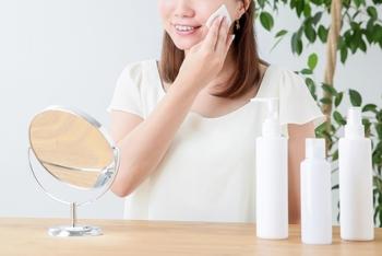 「拭き取り」というと、しっかり拭き取らなくては!と力が入りがちですが、そもそも化粧水の中には肌をほぐして汚れ落ちをよくする成分が入ってるので、そっとなでるくらいで大丈夫ですよ。  また、コットンは厚手のもの(薄手のものを数枚重ねてもOK)を使うことで、より肌への摩擦を減らし、刺激を少なくすることができます。