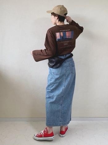 同じくデニムスカートにロンTをインしたスタイルですが、ベルトの代わりにウエストポーチをあわせたスポーティなコーデ。「ペンシル型」のデニムスカートにすることで女性らしいシルエットがきれいな雰囲気に。日差しの強い日にはキャップをかぶってアクティブな大人コーデの完成です。
