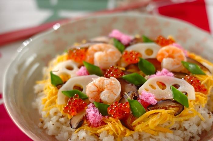 サラダと同様に、ちらし寿司のれんこんも白くてシャキシャキしたものが望ましいので、酢水にさらして下処理します。おもてなしにもぴったりの美しい仕上がりになりますね。