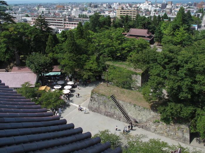 明治7年に廃城となりましたが、昭和40年には当時の姿に再建され、平成23年の春には幕末時代の赤瓦の天守閣となりました(日本唯一)。地上5階建て、地下2階の天守閣は現在博物館として一般公開されており、さまざまな企画展が開かれます。最上階からは会津若松の街、磐梯山、飯盛山を臨むことができますよ。