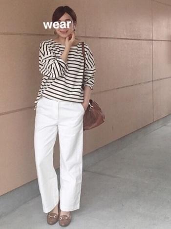 ボーイフィットで、ゆったりとしたシルエットの白のデニムパンツは、コーディネートの印象を明るくします。ホワイト、ブラウンを中心としたコーディネートで、すっきりと洗練された大人っぽいカジュアルさがとてもおしゃれです。
