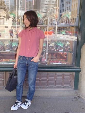 こちらは、シャツとスニーカーと合わせてシンプルなスタイリング。シンプルだからこそ、デニムのシルエットが綺麗に際立ちます。明るい色のシャツが素敵ですね♪