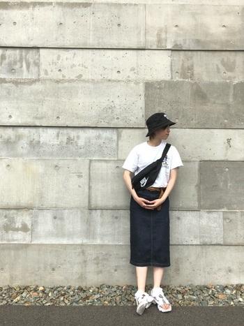 シンプルなデニムスカートは、女性らしさとカジュアルさを兼ね備えているアイテムです。  こちらのコーディネートは、ボディバッグやスニーカーで全体的にボーイッシュですが、ボトムをデニムのタイトスカートにすることで女性らしさがグンとアップしています。