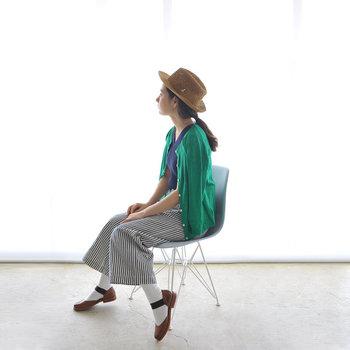グリーンカラーは健康的な印象になりますね。帽子やカーディガンで紫外線対策も忘れずに。歩くことが多いと思いますので、動きやすいワイドパンツがおすすめです。