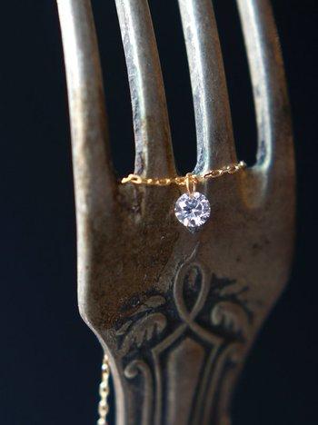 高品質のダイヤモンドは光の入る角度によって上品に煌めき、0.1カラットほどの石でも確かな存在感を放ちます。フォーマルな場での装いにも合わせやすく、それでいてカジュアルなスタイルにもマッチしてくれる使いやすさは、スキンジュエリーの初心者さんにもおすすめ。4月の誕生石でもあり、石言葉は「永遠の絆」「純潔」「至宝の輝き」「清純無垢」などです。