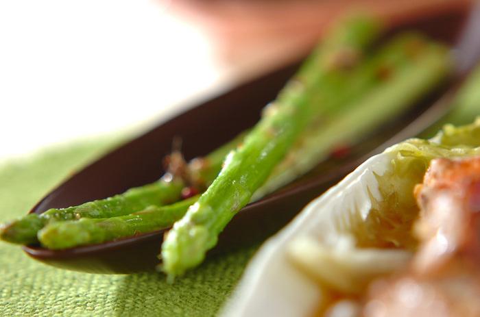 焼きアスパラマリネ。アンチョビのうまみが効いていて、黒胡椒の刺激がアクセントとなり引き締まった印象に。作り置きできるとろこも魅力的です。