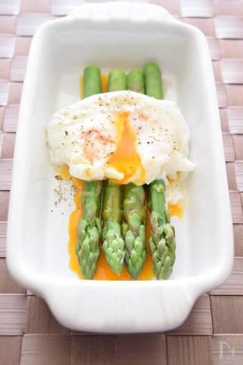 塩茹でしたアスパラガスにポーチドエッグを添えたレシピです。酢を少量加えてから、卵を割り入れるのがポイント。半熟の黄身がとろりと絡まり、素材のシンプルなおいしさを味わえます。