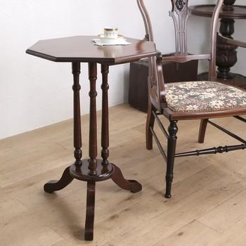 こちらは、細工の施された三本支柱が美しい、エドワーディアン様式のコーヒーテーブル。もちろんコーヒーテーブルという名前にとらわれず、自由な使い方をしてOKです。  他にもサイドテーブルやナイトテーブルなどと呼ばれることがあります。