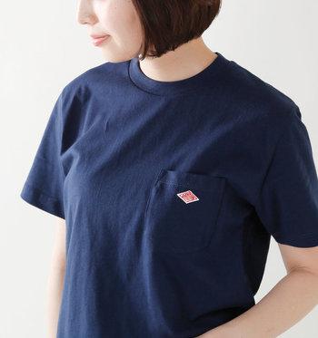 胸元のロゴがポイントのTシャツです。適度な厚みで体のラインを拾わないのが大人向け。