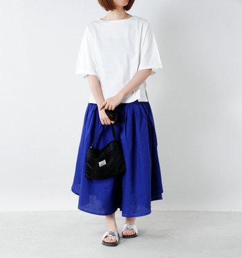 ひらりとした袖や裾が女性らしい。スカートにも合わせやすいデザインです。