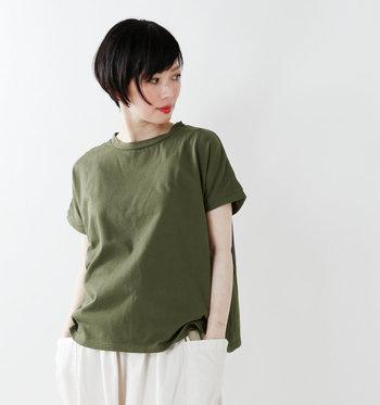 ちょっとしたディテールや生地で個性が出てくるTシャツ。今年はちょっぴり個性的で大人っぽい一枚を準備してみませんか?