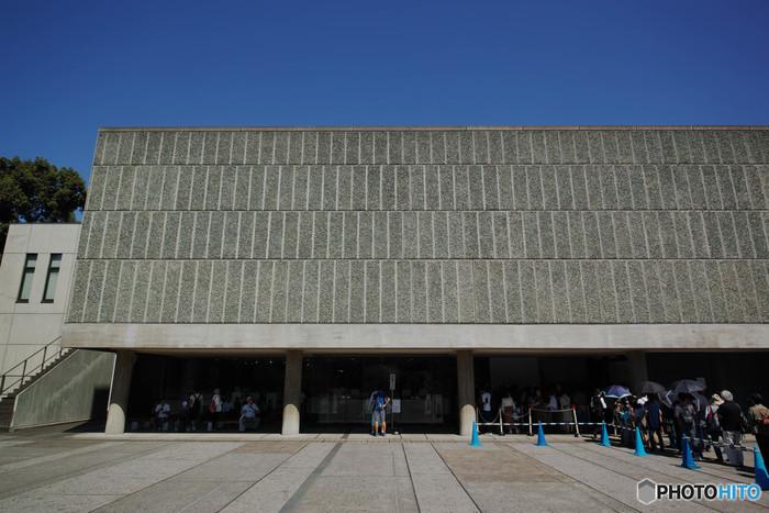 はじめにご紹介するのは、JR上野駅の公園口からすぐのところにある「国立西洋美術館」です。国内で、西洋美術全般が対象とする唯一の国立美術館として知られているだけでなく、建物自体が2016年(平成28年)に世界文化遺産に登録されました。