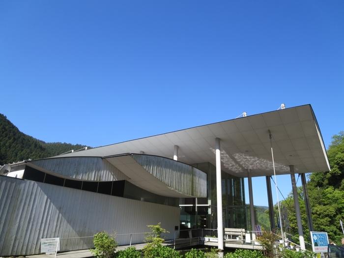隈研吾さんデザインのホテルとして有名なホテルです。山の中に抱かれる、木を生かしたモダンなデザインのホテル。