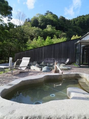 温泉も凝っていておしゃれです。自然の中でゆったりと高原の温泉で癒される時間。