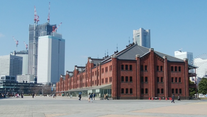 最後ご紹介するのは「横浜赤レンガ倉庫」。こちらは世界遺産ではありませんが、2010年(平成22年)に日本初の「ユネスコ文化遺産保全のためのアジア太平洋遺産賞」を受賞しました。建物の歴史は古く、1号倉庫は1908年(明治41年)着工、1913年(大正2年)に竣工。日本初の荷物用エレベーターや消火水栓、防火扉などが備えられた倉庫は、当時の最新技術を結集したと高く評価されていました。