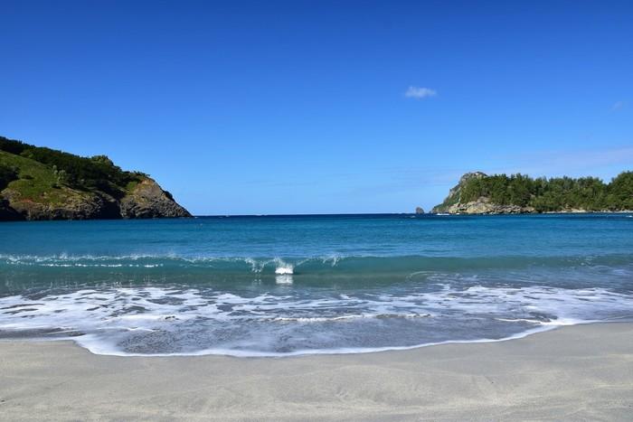 船が到着する「父島」は、目の前にコバルトブルーの海が広がっています。海水浴はもちろんですが、砂浜に座って波の音を聴くといった過ごし方も贅沢ではないでしょうか?
