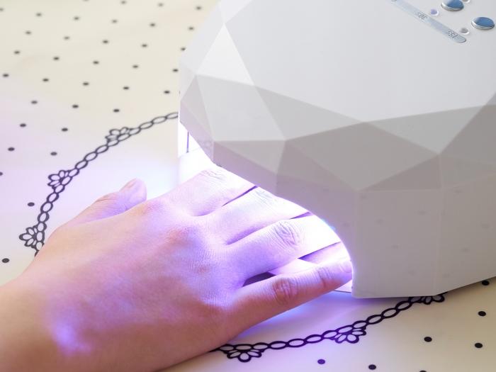 ジェルネイルとは、粘液状の合成樹脂を爪に塗り専用のUVライトで硬化して仕上げるネイルのこと。美しいツヤで高発色なところが魅力です。自爪にもやさしく、モチも2~3週間と長いところも人気。最近は、ポリッシュではなくジェルネイルを施すネイルサロンが圧倒的に多くなっています。