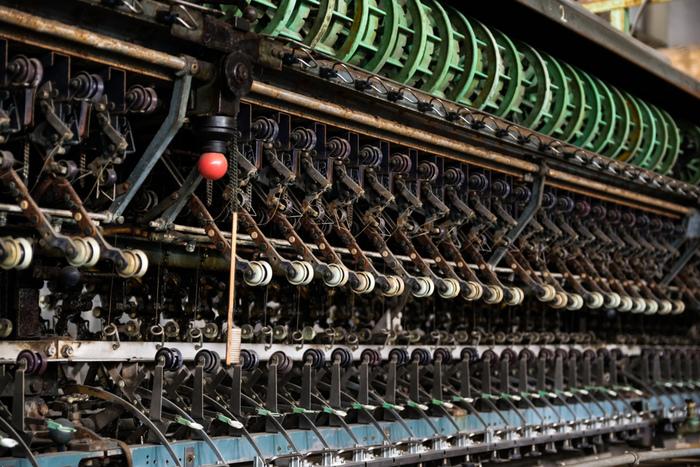 こちらは、繭から糸を取る作業が行われていた「繰糸所」です。長さ約140mの巨大な工場で、創設時にフランスから導入した金属製の繰糸器300釜が設置され、大人数で一度に作業できる世界最大規模の器械製糸工場でした。