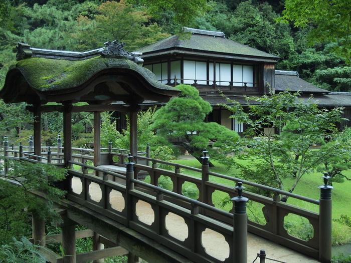 はじめにご紹介するのは「三渓園(さんけいえん)」。根岸駅からバスで10分ほどのところにある広大な日本庭園で、その広さは175,000平方メートルもあります。生糸貿易で財を成した原三溪氏が1906年(明治39年)に公開し、園内には京都や鎌倉などから移築された歴史的に価値の高い建造物が巧みに配置されています。