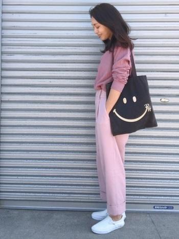 やわらかいピンクの色味に対して、ダブル仕立ての裾のデザインがメンズライクな印象を与えてくれるパンツです。デザイン次第でピンクの甘みがぐっと抑えられる点は見逃せません。小物は、すっきりしたものを合わせ、とことんシンプルにまとめることでピンクの同系色コーデでもナチュラルに。