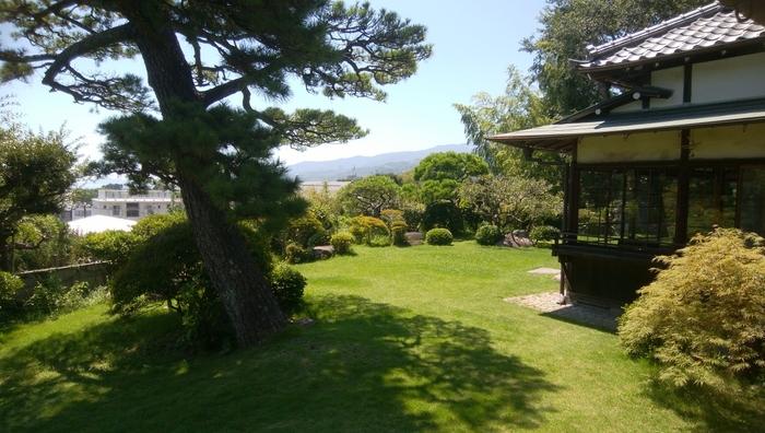 """清閑亭は""""天神山""""と呼ばれる、箱根からのびた尾根の先端部にあります。高台の庭園からは、真鶴半島や大島などの相模湾が一望できます。ぜひ、晴れた日に訪れてみたいですね。"""