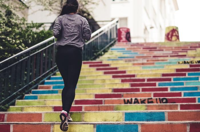 バランスのよい食事、充分な睡眠、適度な運動。少しずつで構いません、生活を改善することで、完璧に防ぐことはできなくても、たるみ毛穴の進行を遅らせることは可能です。健康的な身体にもなり、一石二鳥です!