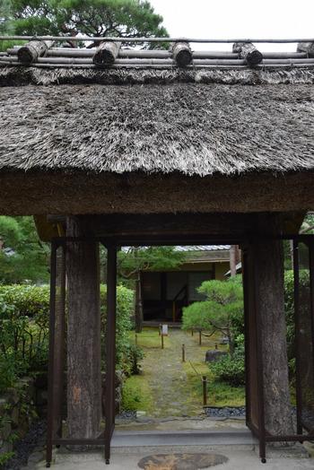 「一条恵観山荘(いちじょうえかんさんそう)」は、後陽成天皇の第九皇子である一条恵観公別邸の離れ。はじめに建てられたのは京都西賀茂で、江戸時代初期にはここで茶会が催されたという記録があるほど歴史が古く、1959年(昭和34年)に鎌倉に移築されました。