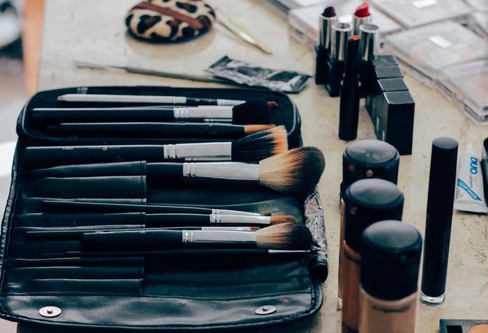 パウダーファンデーション、リキッドファンデーションともに、ファンデーションを塗るときはファンデーションブラシを使ってみてください。頬などを塗ったあと、ブラシに残ったファンデーションをのせるように小鼻や毛穴の目立つところに塗ってください。ポイントはのせすぎないこと。のせすぎると毛穴にファンデーションが詰まり、余計に毛穴が目立ってしまうことがあります。
