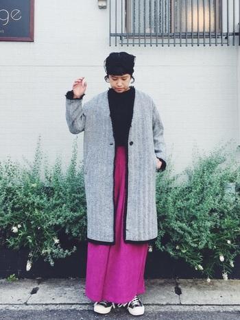 ダークトーンが多くなりがちな冬だからこそ、ビビッドなピンクカラーが映えますね。カジュアルなコートでも合いますが、ノーカラージャケットを合わせることで濃いめのピンクも大人な印象に見せてくれます。足元はブーツで辛口にまとめてもかっこいい!