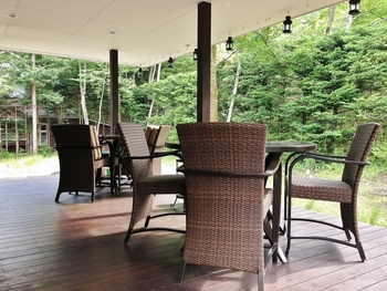 ウッドデッキに並ぶテーブルは、開放感抜群。こちらのテラス席は夏限定です。この期間は「トラットリア アルベリーニ」という名前に変えてランチとディナーが提供されます。