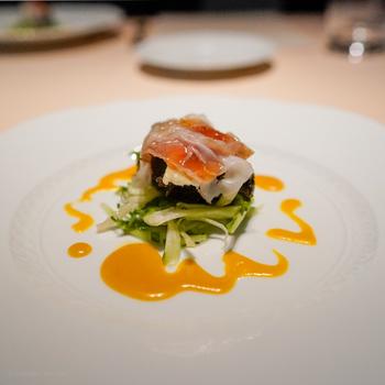 メディアにもたびたび登場するシェフのお料理は、オリジナリティが高いと定評があります。コースはお料理とドルチェを合わせて9種・8皿。ひと皿ひと皿丁寧に説明してもらえるので、おいしさも格別。