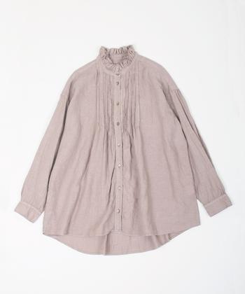 美しくギャザーを寄せたスタンドカラーに、細かくフリルを寄せた胸元が美しいAラインの「リネンフリンジカラードレスシャツ」。