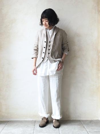 カッターシャツではメンズライクになりすぎてしまうジャケットとベストのインナーにも襟元のギャザーが美しいたリネンフリンジカラードレスシャツがぴったりマッチ。