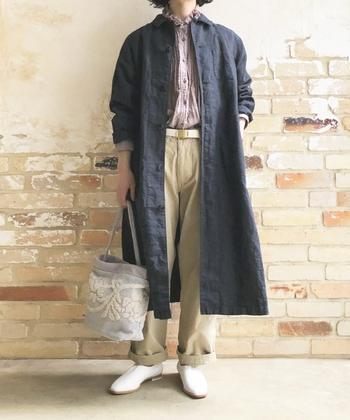 いつものパンツとコートの組み合わせにも、リネンフリンジカラードレスシャツを合わせることで、優しい印象を与えることができます。