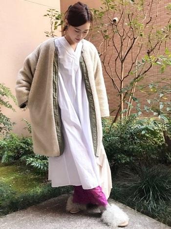 ロング丈のウールコートとシャツワンピースのレイヤードコーデ。ロング丈の隙間から覗くピンクのワイドパンツが可愛いですね。ピンクカラーのパンツをアクセントカラーとして取り入れるのが楽しいコーデになっています。