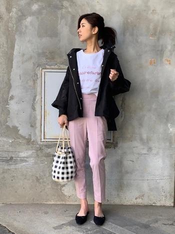 普段使いしやすいデザインとお手頃なプライスが魅力のユニクロのアンクルパンツ(ピンク)。センタープレスが効いているので、Tシャツ合わせなどのカジュアルなスタイリングでも、上品で落ち着いた着こなしに。濃い色のブルゾンが引き締め効果になって、大人っぽさをプラス。動きやすさも申し分なしで、ママさんにもおすすめのコーデです。