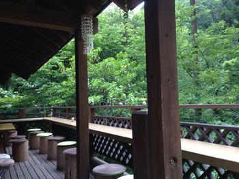 お天気が良い日はテラス席もおすすめ。大自然の澄んだ空気を胸いっぱいに吸い込むと、体も心もほぐれそう。