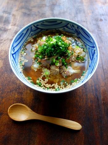 しょうゆ漬けにしたアジにアツアツの出汁をかけ、白ごまを振って。 ※太平洋沿岸の県では猟師料理『まご茶漬け』としても親しまれています。