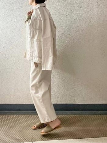 上下白デニムで作る大人スタイル。ヌーディーなサンダルで女性らしさをプラスして。